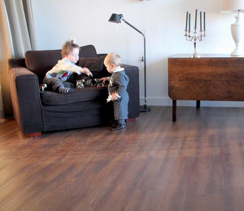 Een Therdex PVC vloer is bijna niet van hout te onderscheiden. Onderhoud is ook nog eens heel erg gemakkelijk. Stofzuigen en dweilen is alles. Kortom: de 'look en feel' van een houten vloer, maar dan veel gemakkelijker en ook nog eens erg duurzaam. Erg comfortabel is de demping van loopgeluiden. De PVC-planken zijn voorzien van een harde, matte PU-lak. Je hebt een serie waarin het reliëf om de noesten heen loopt. Dit ziet en voelt natuurgetrouw ( Registerd embossed)
