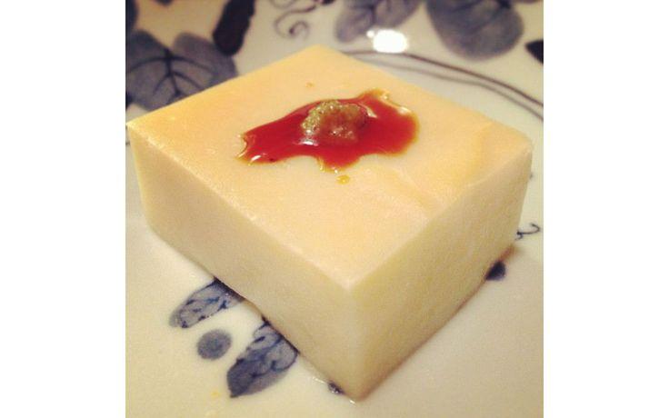 Tofu geht auch ohne Soja! Die Burmesische Variante besteht rein aus Kichererbsen und Gewürzen und steckt voller Eiweiß.