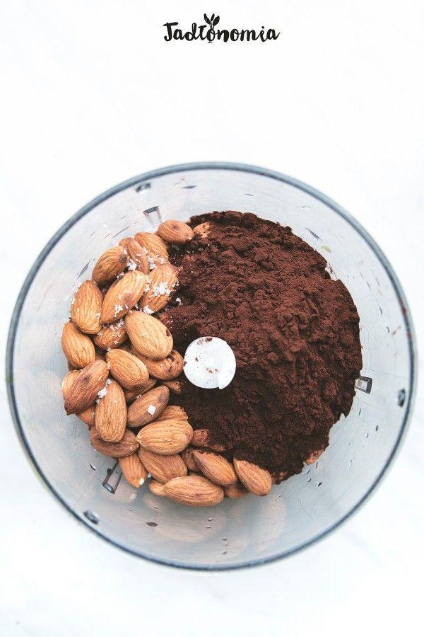 Nutella zdrowa:  1 szklanka migdałów,  4 łyżki kakao,  spora szczypta soli,  1 szklanka daktyli,  1 – 11/4 szklanki wody zmoczenia daktyli,  1/2 łyżeczki ekstraktu migdałowego lub amaretto, opcjonalnie