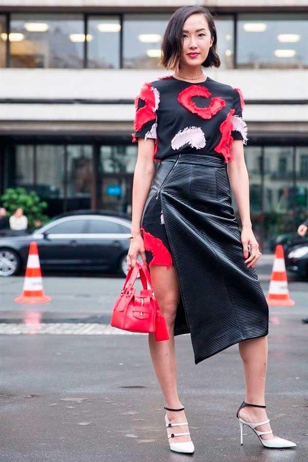 Foto de street style com sobreposição de vestido com saia envelope preta de couro