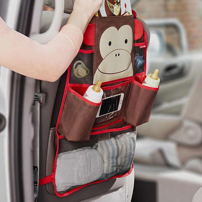 """Organizador para carro Skip Hop - Macaquinho. O organizador """"Zoo"""" para banco de carro da Skip Hop acopla-se ao banco do carro para guardar livros, brinquedos, lanchinhos, etc. Apresenta um total de 7 compartimentos. Com 3 bolsos em material perfurado (1 compartimento grande com velcro para organizar ítens maiores como livros, bonés, roupas) Dois compartimentos revestidos com material térmico, perfeito para mamadeiras; Um compartimento com material plástico transparente."""