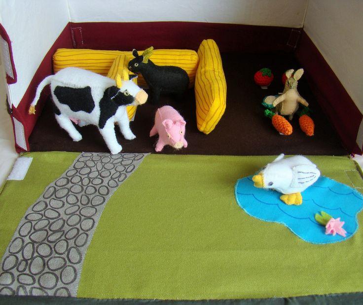 jouet ferme en tissu transportable de 42x30 cm avec animaux de la ferme en feutrine