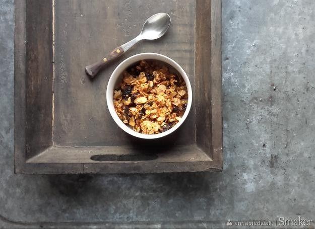 Aromatyczna granola z suszonymi śliwkami i cynamonem