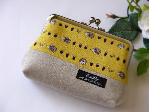 ご覧いただき、ありがとうございます♪ふくろうプリント(くすんだ黄色)を使用した、がま口ポーチです。中にポケットが1つあります。キルト芯を使用しているので、ふっ...|ハンドメイド、手作り、手仕事品の通販・販売・購入ならCreema。