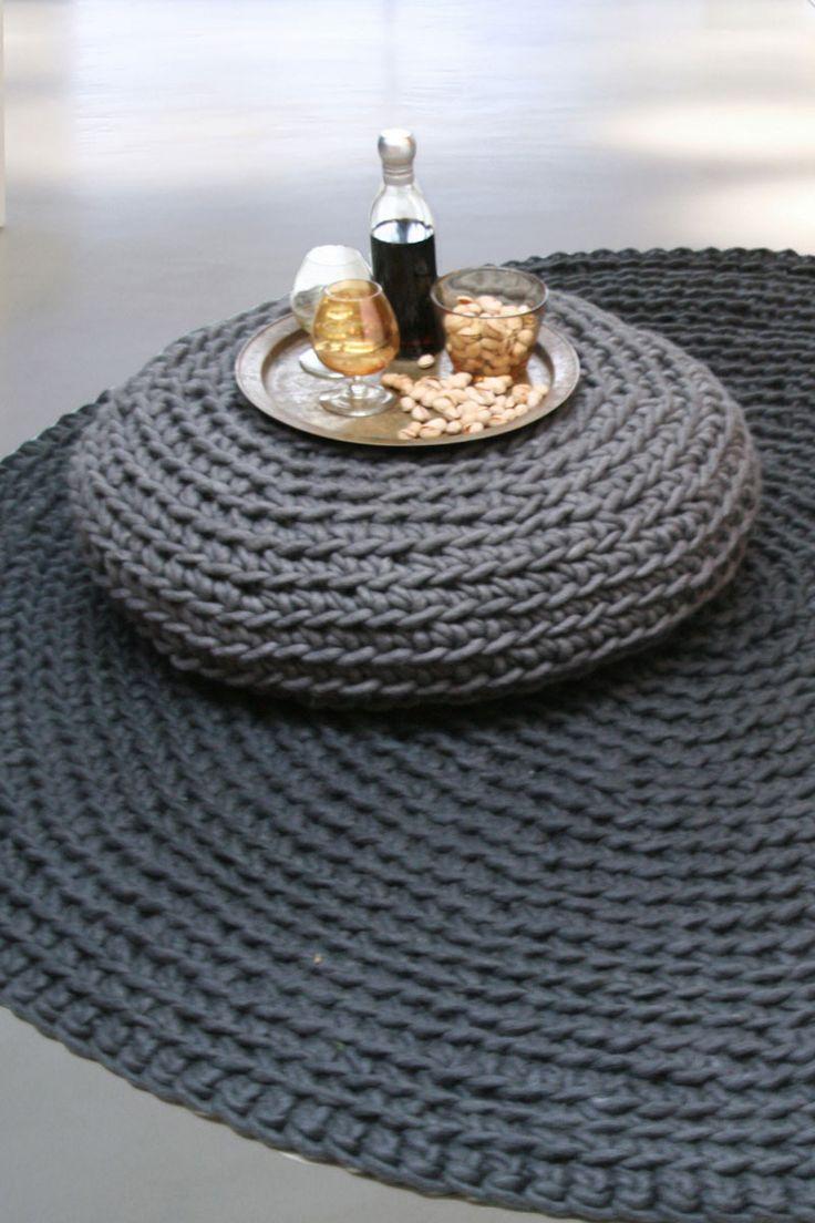 Donkergrijs vloerkleed. Een prachtig rond vloerkleed gehaakt van grijze dikke zuivere wol. Voelt zacht aan de voeten. Prachtig design voor in een woonkamer maar ook zeker heel mooi voor in een grote slaapkamer.
