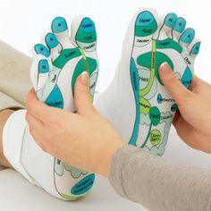 Chaussettes de massage - Réflexologie. L'accessoire idéal pour masser ou se faire masser les pieds, en suivant les points de réflexologie plantaire. La réflexologie plantaire permet à la fois de se détendre et de traiter des symptômes en massant des points précis du pied. Vous retrouverez sur notre site les points de pression en langue française. #reflexologie #reflexology #massage #footmassage #chaussettes #sensestral