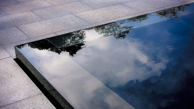 jos haluaa ns. peilialtaan, josta pilvet sitten hienosti heijastuvat, sen tulee valua hitaasti alla olevaan altaaseen.