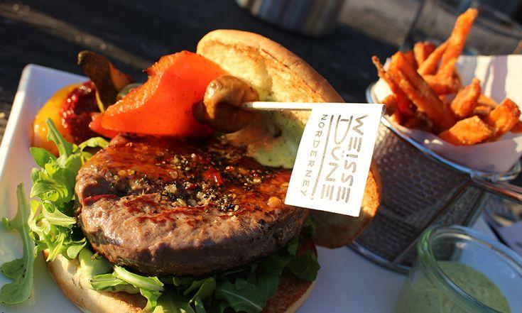 Leckerer Burger in der weißen Düne auf Norderney. Yummy Burger und Süßkartoffelpommes auf der Nordseeinsel Norderney. Abends besonders schön Essen gehen.