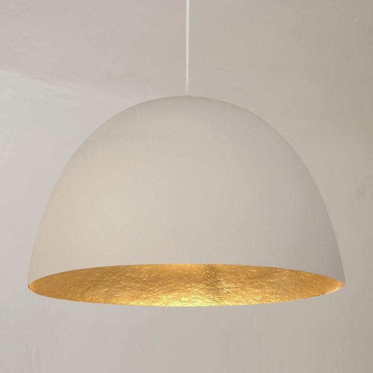 La suspension XL, d'un diamètre de 46 cm, sera idéale comme suspension design dans un salon, une cuisine, ou une salle à manger.  Le contraste de son abat-jour, blanc à l'extérieur, or à l'intérieur, donne à cette suspension beaucoup d'allure et apportera une belle touche de couleur à un intérieur moderne.Fabriqué avec un matériel exclusif, le Nébulite, ce luminaire design, dont l'extérieur à l'aspect brut de couleur blanche contraste avec la tonalité lumineuse de son intérieur, est une…