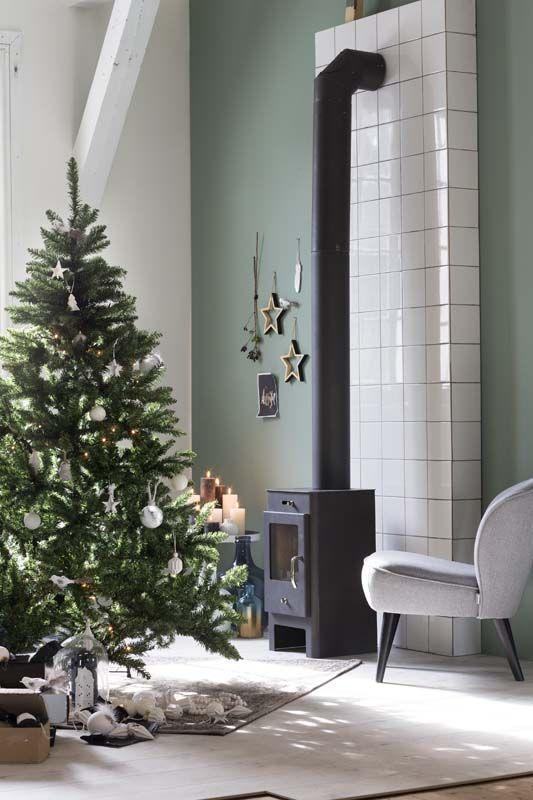 KARWEI | De kerstballen in warme wittinten combineren mooi met koperkleurige details.