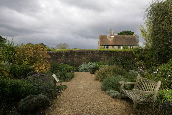 Jardim murado em Wakehurst Place em  Ardingly, West Sussex no Alto Weald do sul da Inglaterra, Reino Unido. Céu tempestuoso de outono, um lugar maravilhoso durante o ano todo.  Fotografia: Adam Swaine no Flickr.