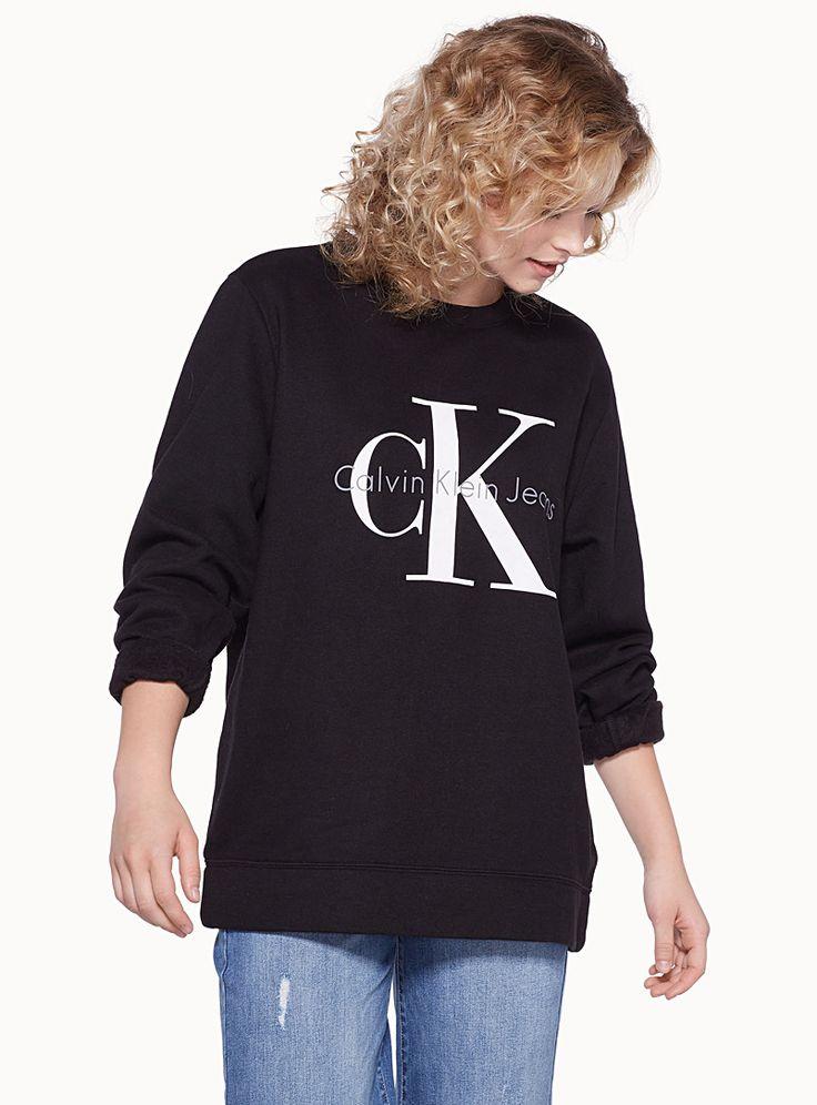Calvin Klein chez Twik   Replonge-toi dans l'univers mode athlétique et relaxe des années 90 avec ce sweat long et ample   Doux jersey chiné doublé molleton douillet et moelleux    Le mannequin porte la taille petit