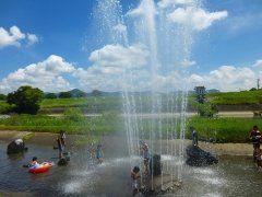 熊本県山鹿市にある鍋田水遊び公園は僕がおすすめの涼スポットだよ この公園は岩野川に面した全長180mの水路なんだけど夏は子ども達の水遊び場に変身 水門を調整して水位をキープしているから小さな子どもでも安心 大噴水から水が吹き上がる瞬間は何となく涼しくなるよね  #熊本 #レジャー #プール #夏休み #公園 tags[熊本県]