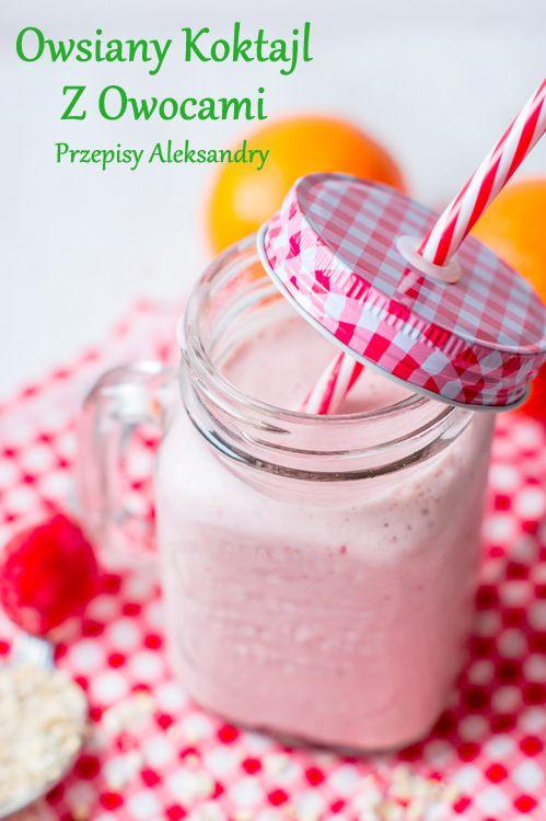 Zdrowy koktajl z płatkami owsianymi, mrożonymi truskawkami i bananami / Healthy smoothie with oatmeals and frozen bananas and strawberries