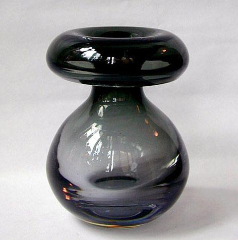 Puhallettua kristallia. Värit: Lila tai harmaa verho. Viisi kokoa.