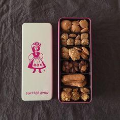 鈴木信太郎画伯のパッケージが魅力的な、1952年創業・学芸大学の老舗洋菓子店「マッターホーン」のクッキー。 いろんな種類のクッキーが入っているのも喜ばれるポイントです。