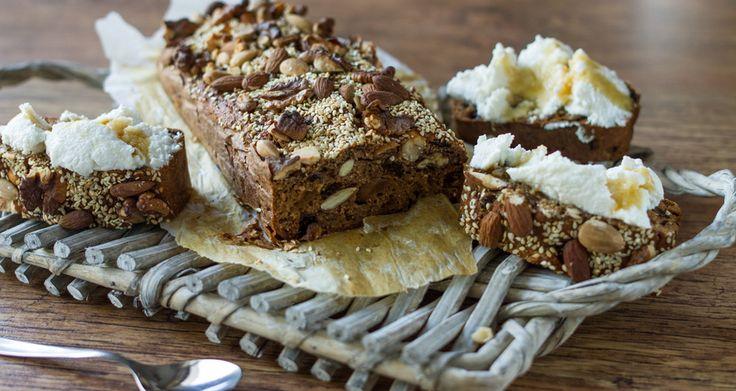 Ψωμί με σύκο, καρύδι, διάφορους σπόρους, ρικότα και φρούτα