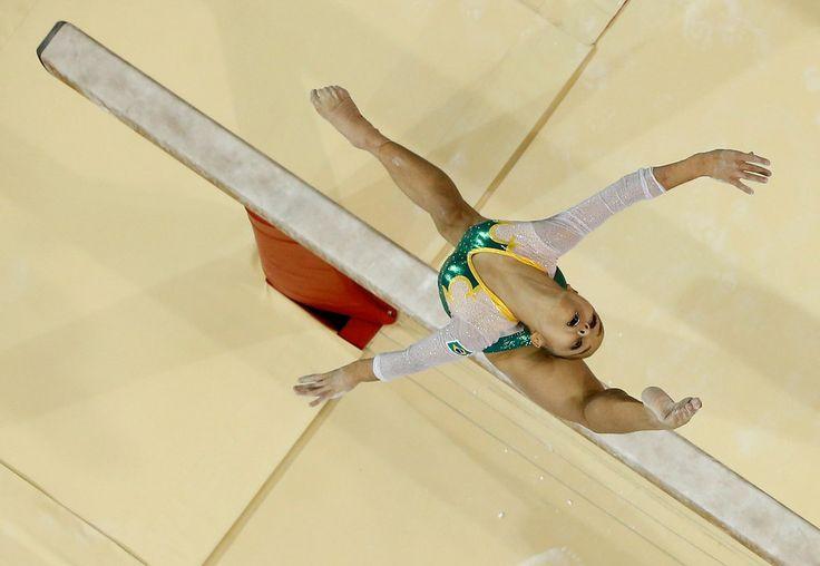 A pequena -- porém brilhante -- Flávia Lopes Saraiva, representando o país na trave olímpica.