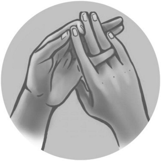 Мудра «Три колонны космоса» для повышения иммунитета Ее называют символом единства трех сфер бытия, а именно прошлого, настоящего и будущего. Эта мудра дарит огромную энергию организму. Если страдаешь от пониженного иммунитета, бессилия и проблем с метаболизмом, практикуй такое расположение пальцев!Наложи средний и безымянный пальцы правой руки на аналогичные пальцы левой руки. Вложи мизинец левой руки возле основания среднего и безымянного пальцев правой руки с тыльной стороны. ...