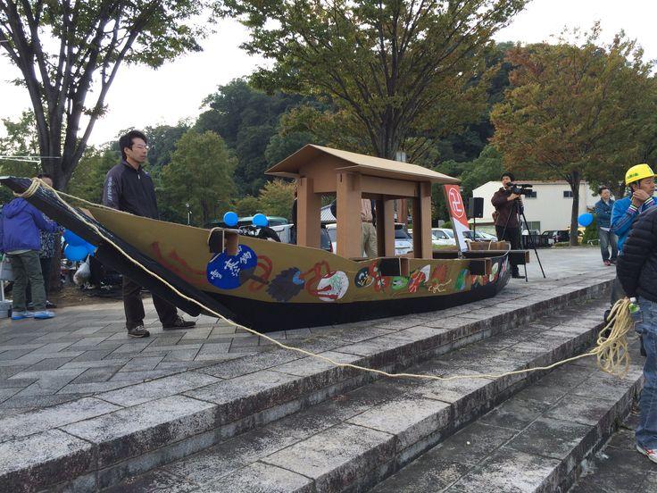 助任川への進水を待つダンボール千山丸(ひょうたん島博覧会:助任川造船所)