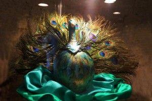 """""""Il Pavone"""" - Uovo di struzzo realizzato con  piume di pavone e colori acrilici"""