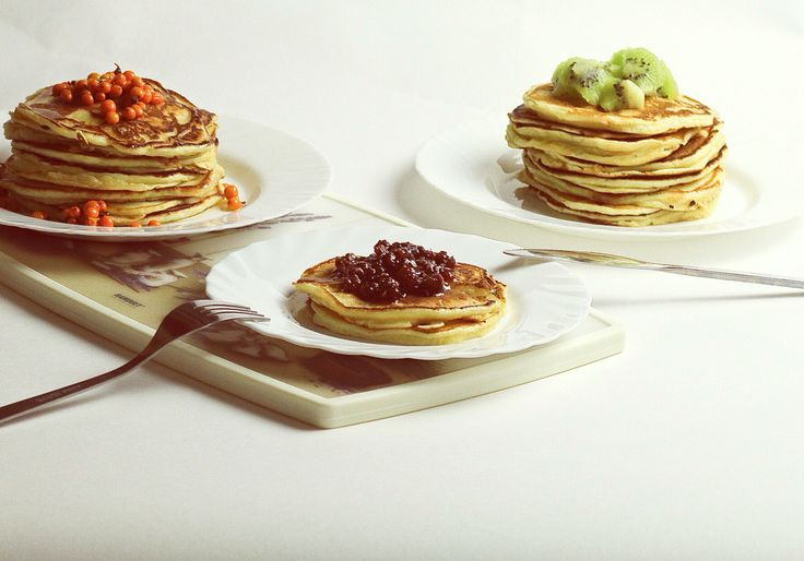 American pancakes with jam & fruits