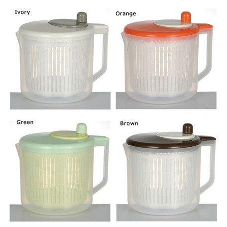 コンパクトでオシャレな水きり兼計量カップ★ グルグル回すだけで、野菜の水切りができるサラダスピナー!中身を取り出すと容器は計量カップとして使うことも可能♪計量カップのメモリは、2カップ(500ml)〜10カップ(2500ml)まであります!箱入りなのでプレゼントにも最適です☆