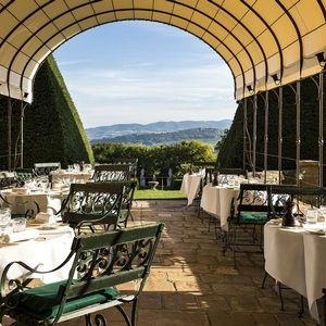 Le Chef étoilé, Jean-Alexandre OURATTA, du château de Bagnols vous accueille dans un cadre spectaculaire pour un moment d'exception. Tourisme en famille. Un endroit exceptionnel - Envie d'une réservation spéciale ? Dites-le nous en cliquant sur 'Devis' ci-dessous. 69640 #Cogny