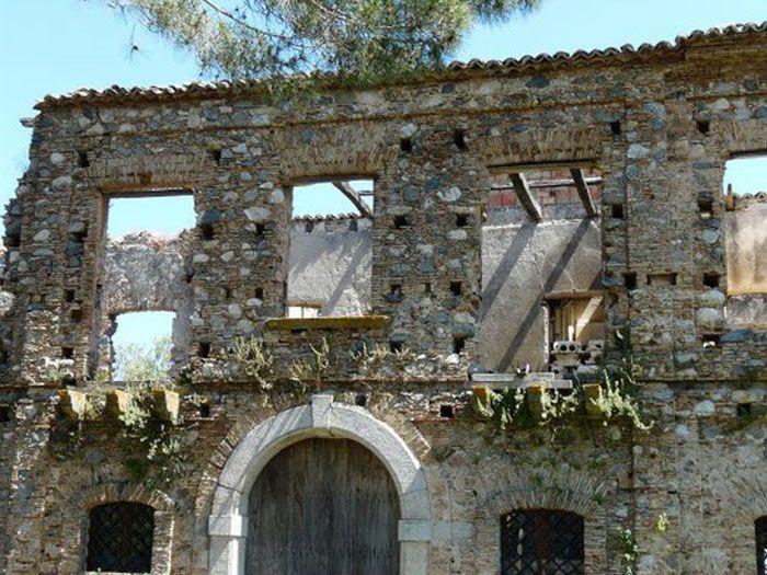 Sono diverse le città fantasma in Calabria che attirano l'interesse di turisti e curiosi, Vi accompagneremo in una visita a Papaglionti Vecchia, in provincia di Vibo Valentia.