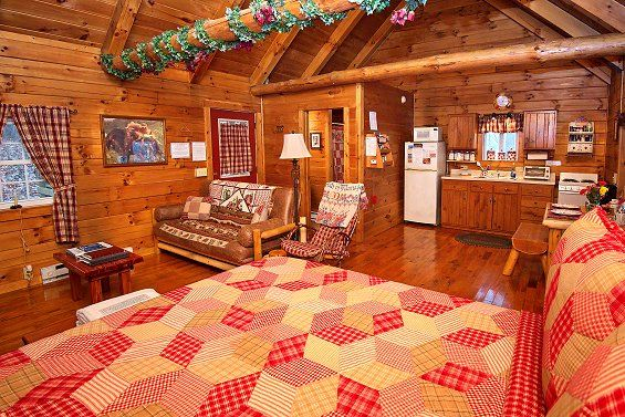 Romantic Hocking Hills Log Cabin Sweet Heart Cabin Ash Ridge Cabins In 2020 Hocking Hills Cabins Getaway Cabins House