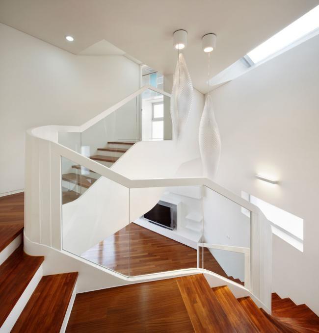moderne treppen haus holzstufen glas geländer weißer rahmen