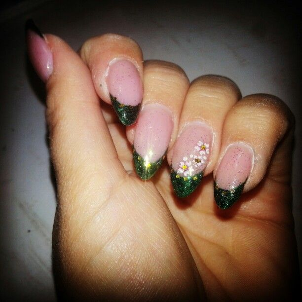 #picoftheday#nails #nail #unghie #nailart #xmas #xmasnails #christmas #christmasnails #glitter #green #greennails #greengelnails #gelnails #greenfrench #frenchmanicure #natale#followme