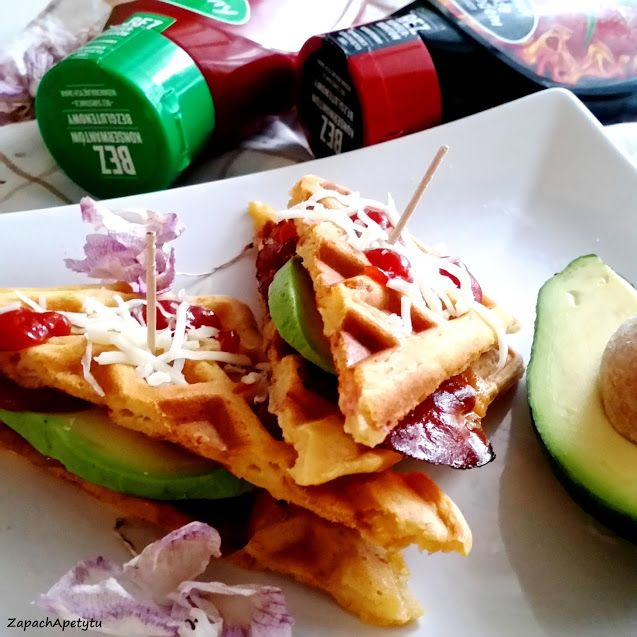 Salty waffles with bacon and avocado #zapachapetytu #waffles #partyfood