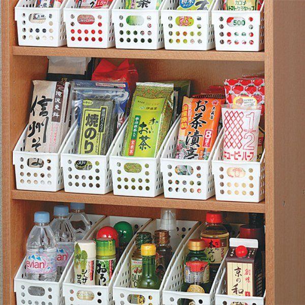 まとめるのが難しい調味料などの袋や小さな容器も容器を統一するときれいに収納できます。