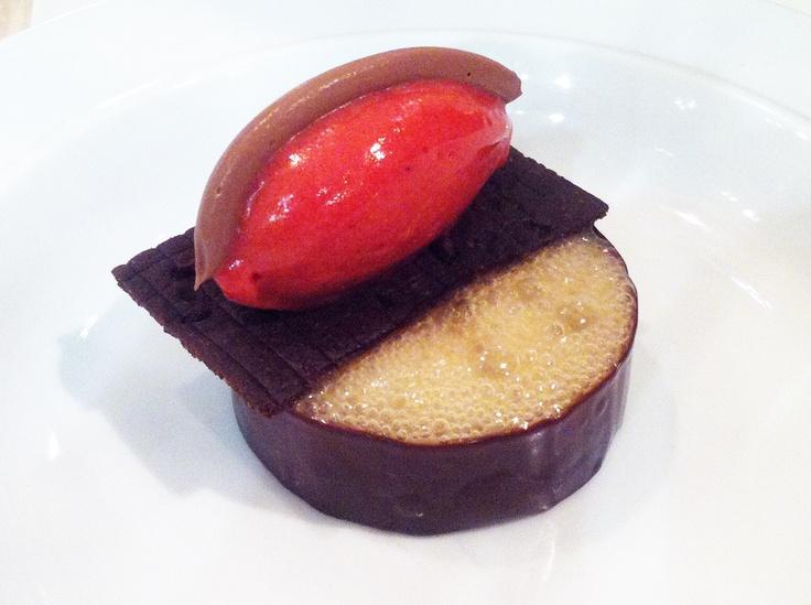Menú degustación 1: Chocolate con vinagre, fresa, menta y pimienta | #EspaiSucre #Barcelona #Pastry #Restaurantdepostres #XanoSaguer #GuillemVicente #RemeButton #RicardMartinez
