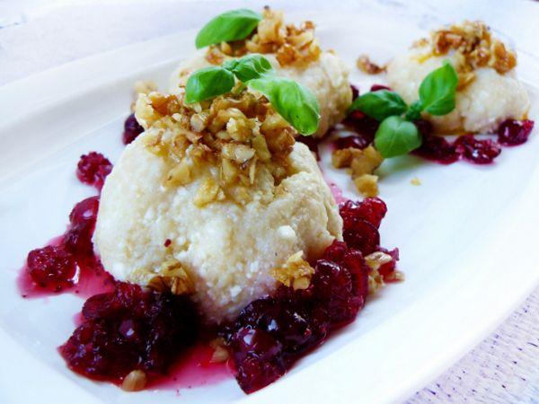 A może dziś na obiad knedle serowe? Idealne i na słodko i z bułką tartą i masełkiem <3 http://ostra-na-slodko.pl/2013/05/21/knedle-serowe-z-sosem-zurawinowym-i-orzechami/