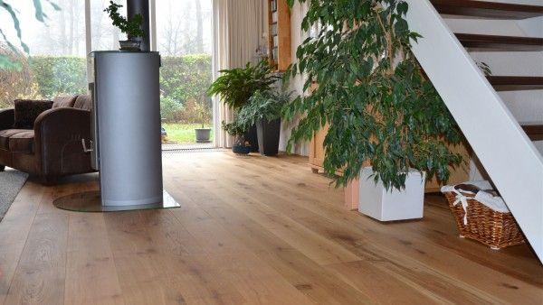 Eén van de voordelen van HOLLANDSCHE VLOEREN® is dat deze gemakkelijk te onderhouden is. Voor de dagelijkse reiniging en verzorging kan een bezem, stofzuiger of de Osmo Stofdoek worden gebruikt. Daarnaast wordt aangeraden regelmatig vochtig (niet nat) te dweilen met Osmo Wisch-Fix met de Osmo Duodweil. Hiermee worden de dagelijkse vervuilingen van de houten vloer uitstekend verwijderd.