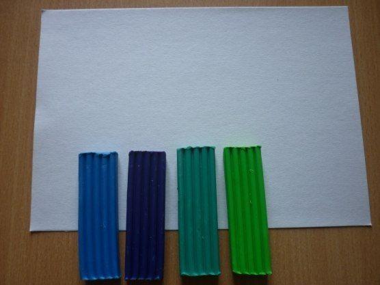 ПОДВОДНОЕ ЦАРСТВО  1. В качестве основы для картины можно использовать не только картон, но и деревянную или пластиковую дощечку. Главное, чтобы на эту основу хорошо приклеивался пластилин. Бруски пластилина разных оттенков синего и зеленого цветов разомните и смешайте для получения фона будущей картины.  2. Смешайте пластилин не до однородного цвета, а так, чтобы в нем остались разводы. Распределите полученный кусок пластилина по всей поверхности основы равномерным и не очень тонким слоем…