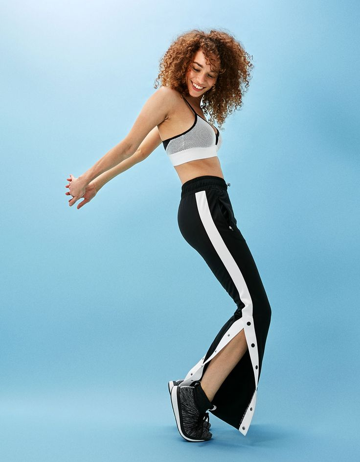 Pantalón sport técnico banda lateral corchetes. Descubre ésta y muchas otras prendas en Bershka con nuevos productos cada semana