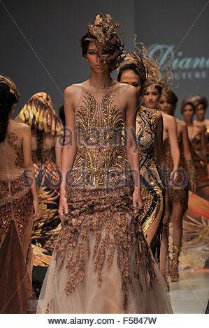 Jakarta, Indonesia.  29th Oct, 2015 malli kuluu suunnittelu Diana Putri aikana Jakartan muotiviikolla 2016 - Lataa kuvasi