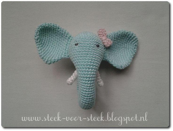 Kijk wat ik gevonden heb op Freubelweb.nl: een gratis haakpatroon van Steek voor Steek om deze olifanten rammelaar te maken https://www.freubelweb.nl/freubel-zelf/zelf-maken-met-haakkatoen-olifant-rammelaar/
