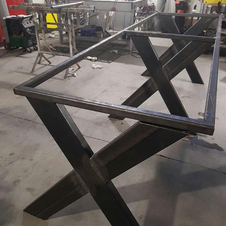 Estrutura em ferro base para bancada de workstations.