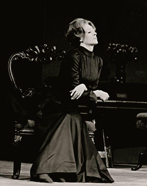Maggie Smith como Hedda Gabler, obra teatral del noruego Henrik Ibsen.