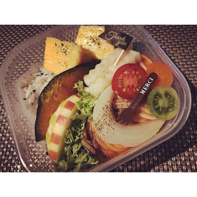 お弁当最近載せてなかったから久々に載せる😜メインはしらすごはんとナポリタン。ヘルシーな野菜たっぷり🍅🍅🍅 #弁当#カラフル#オシャレ#りんご#ナポリタン#しらす#ごはん#卵焼き#野菜#本来#味#活かした#ヘルシー#メニュー#肉#魚#使ってない#低カロリー#果物#可愛い#ランチ