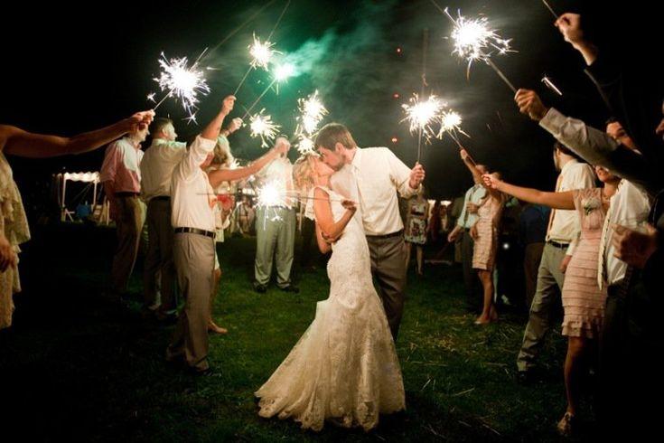 photo de mariage originale: photo de nuit avec feu de bengale