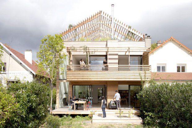 Widok na dom od strony ogrodu. Oprócz tarasu na dachu, mieszkańcy mogą korzystać z tarasu na balkonie i na parterze
