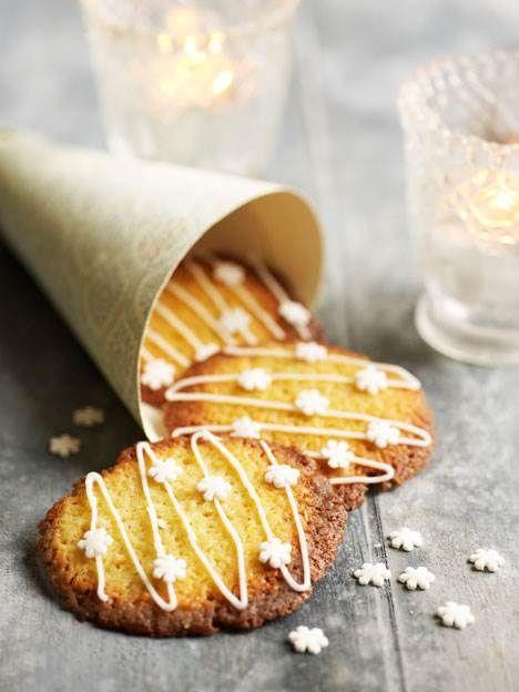 En sprød himmerigsmundfuld med mandel og appelsin - småkagerne passer rigtig fint til jul, men kan sagtens bages resten af året også - f.eks. med hakket chokolade i stedet for appelsinskallen.