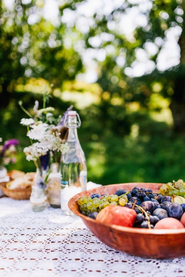 Een fruitschaal doet het ook altijd goed #fruit #bruiloft #trouwen #huwelijk #trouwdag #lente #inspiratie Trouwen in de lente? Inspiratie voor een lente bruiloft | ThePerfectWedding.nl | Fotografie: De Grote Dag Bruidsfotografie