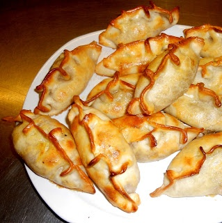 Empanadas de cebolla colorada, muzzarella y queso azul.