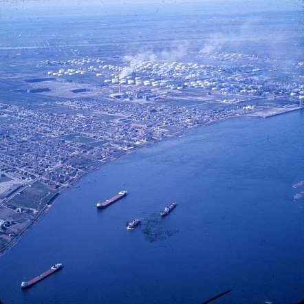 Les raffineries de Montréal-Est et le fleuve, 1964 - Archives de la Ville de Montréal